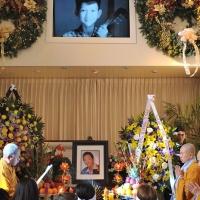 Hình ảnh thời trai trẻ của ca sĩ Duy Quang phía trên bàn thờ