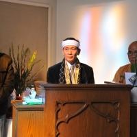 Ca sĩ Duy Minh đang đọc lời tri ân đến quan khách đến tiễn đưa.