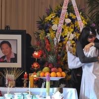 Ca sĩ Thái Thảo ôm cháu gái ( Mỹ Kim ) trong giòng lệ xót thương.