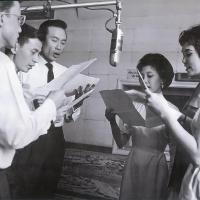 Mai Hương cùng các danh ca khác đang hát trên đài phát thanh: Thái Thanh, Kim Tước, Anh Ngọc, Nhật Trường