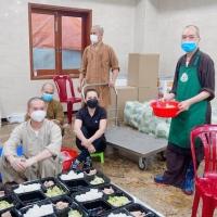 Cố ca sĩ Phi Nhung trong bữa nấu ăn từ thiện ở Chùa Vĩnh Nghiêm, Sài Gòn (Hình: Facebook Phi Nhung Phạm)