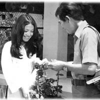 Vai cô hàng hoa trong phim hài Xóm Tôi (1974)