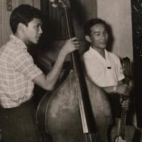 Nhạc sĩ Anh Việt Thu (bên trái)