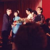 Cung Tiến tặng hoa cho Kiều Chinh, Mai Hương, Kim Tước và Quỳnh Giao