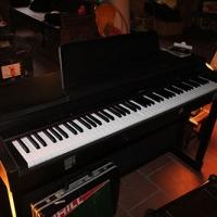 đàn piano do Lê Cát Trọng Lý tặng