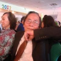 Nhà văn Nguyễn Đình Toàn và phu nhân đang lắng nghe các ca sĩ hát nhạc của mình tại Dallas.