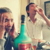 Văn Cao uống rượu