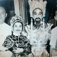 Soạn giả Viễn Châu và các nghệ sĩ trong Đoàn Việt kịch Năm Châu