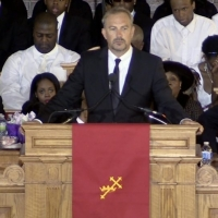 Kevin Costner trong đám tang Whitney Houston