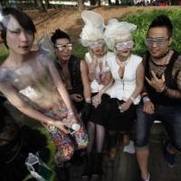 Fan của nữ ca sĩ Lady Gaga trong trang phục giống thần tượng của mình, đang chờ vào sân vận động Seoul xem buổi diễn ngày 27/04/2012. (REUTERS /Kim Hong-Ji)