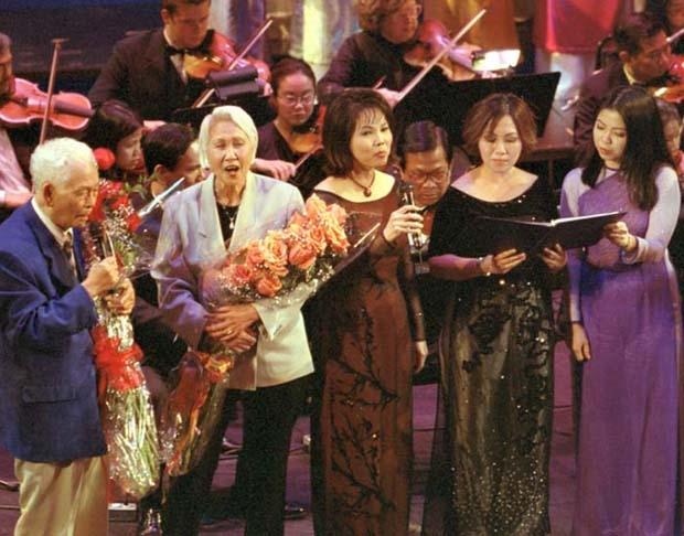 Phạm Duy và Thái Thanh trong đêm nhạc Phạm Duy – Một đời nhìn lại (2002).